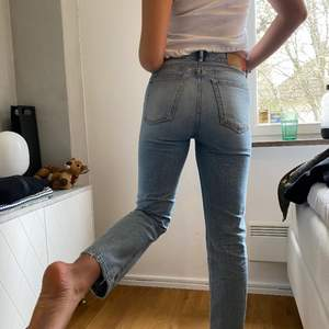 Säljer ett par sååå fina Acne jeans (Blå konst). Modellen är 173cm lång och storleken på jeansen är W28L32. Nypris: 2100kr. Använda ett fåtal gånger och skicket är som nytt☺️passar perfekt nu till sommaren