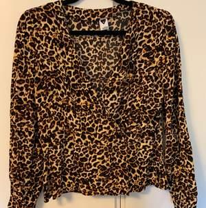 Leopardmönstrad blus, använd 1 gång.