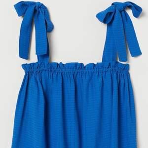 Snygg blå blus som är perfekt till sommaren. Använd ett fåtal gånger. Storlek 36