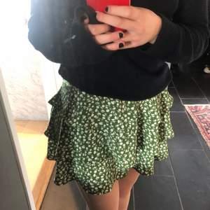 Super söt grön kjol som passar bra till sommarn❤️❤️
