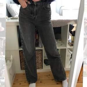 Säljer ett par såså snygga gråa jeans från Zara med lite slitningar. Inköpspris 399kr och endast använda EN gång pga it riktigt min stil. Jeansen är i storlek 34 men jag som är en 36:a ibland passar även dessa jeansen mig utmärkt 🌟🖤