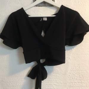 Superfin svart tröja! Snörning i ryggen så den passar även mig som har Medium! Använd 2 gånger 🥰