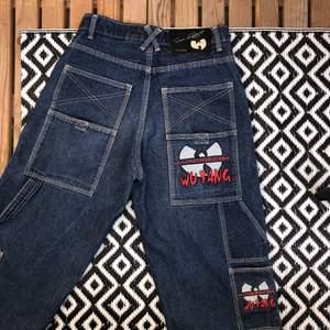 Svinballa deadstock RARE Wu-Tang Clan jeans från 90-talet. Önskar verkligen att jag kunde ha haft dessa men de är inte i min storlek. 💛💥 Storlek W26L30. Bud från 800kr + frakt (66kr) 👐                       BUY IT NOW: 1200kr (Ok att buda & betala först sen vid lön) buda i kommentarerna, ❗️BUD: 870kr❗️ Budgivningen pågår fram tills 23/4 🧡                              Wu-Tang Clan ain't nuthing ta f' with