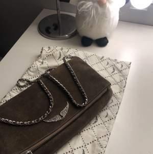 Säljer min älskade zadig väska då den inte kommer till användning längre 💘 Knappt rostig och i jätte fint skick!
