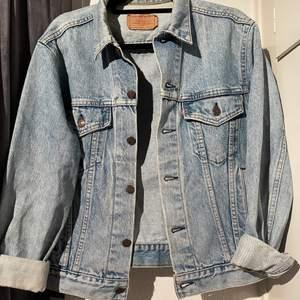 Vintage Levi's jeansjacka passar en S/M