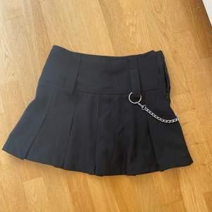 Jättesöt och cool kjol, veckad med en kedja hängande på höften. Jag är en storlek S/M och den är lite för liten på mig vilket var jättesynd. Därför aldrig använd.