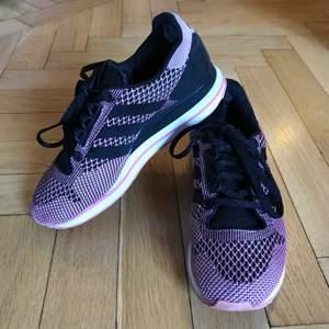 Grymt snygga sneakers som gör lite ont att släppa, men måste rensa ut och ge plats! Rosa och svarta adidasskor, Adidas Originals ZX 500 Weber Pack, i storlek 37 men går säkert också för 36 eller 36,5. Liten slitning i bakre häls insida, men inget man tänker på tycker jag! Kan mötas i Stockholm eller skicka mot fraktkostnad 99:-! ✨🌷✨