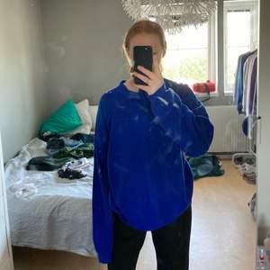 Jätte fin blå tjocktröja köpt secondhand, kommer inte till användning längre☺️