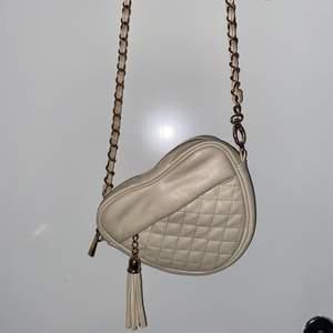 Säljer min söta väska från Forever 21, Köpt för ett tag sen så tror inte den säljs längre! Den är i använt skick men fint skick! Frakt tillkommer💕