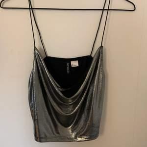 Jättefint linne från HM som sitter super fint på, kommer tyvärr inte till användning! I storlek S