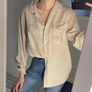 Beige skjorta med två fickor på framsidan. Mycket skönt material. Från inwear och i gott skick