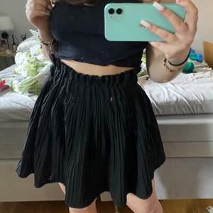 Säljer min jättefina svarta kjol ifrån Zara i storlek XS, buda ifrån 100kr 💗 (rosa pricken är ifrån spegeln)