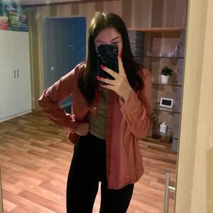 En superfint skjorta ifrån hm, men går att använda som en super fin jacka nu till våren/sommaren!!💓 Använd 2 gånger🌸 den är i en super fin gammel rosa färg🦋