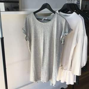 Lång grå tshirt ifrån hm som funkar som klänning om du är kort👌🏽 passr strl S! Bara att höra av sig vid frågor eller intresse! Köparen står för frakten! Kolla gärna in mina andra annonser!🌷