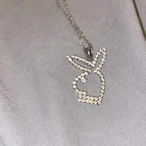 Skit snyggt Playboy halsband, kommer inte helt ihåg vart de är ifrån men köpt på någon Playboy kollektion💕