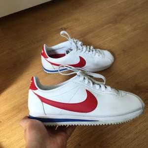 Jag säljer mina Nike Cortez skor. Bra skick. Använda ett fåtal gånger. De är storlek 40 men är små i storleken. Själv har jag storlek 39. Pris kan diskuteras. Köparen står för frakt