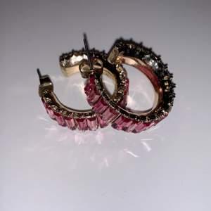 Säljer dessa rosa guldiga örhängen då jag äger alldeles för många örhänden:/💗 Använda ungefär 3 gånger (rengjorda såklart) Fraktas för 25kr!!