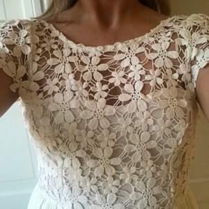 Vit klänning i stl s med jättefin grov spets!! Endast använd en gång! Passar bra till student/skolavslutning💛