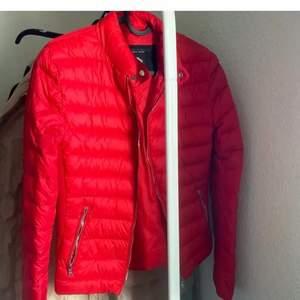En super fin röd vår / sommar jacka, jag köpte den här på plick men den va för liten för mig tyvärr!