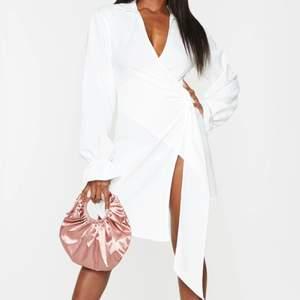 Super snygg vit klänning perfekt för student firande eller till sommartider ! Helt ny aldrig använd