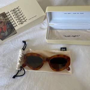 Säljer mina Chimi x Elsa Hosk solglasögon då dem inte kommer till någon användning. Aldrig använda! Kontakta vid frågor eller intresse. *Köparen står för frakt.