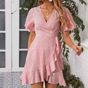 Säljer denna blommig sommar klänningen i rosa och vit🌸 den passar en S och är aldrig använd🥰 säljes för 140kr med frakt