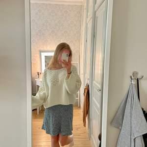 En söt stickad tröja med fina detaljer över bröst och armar i storlek Small (S)