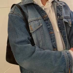 Övercool jeansjacka köpt på en secondhandbutik i New York förra året i jättebra skicka som jag nu säljer! Det står inte vilken storlek den är men den passar allt från S-XL beroende på hur man vill den ska sitta! Pris kan diskuteras! Gratis frakt 💕