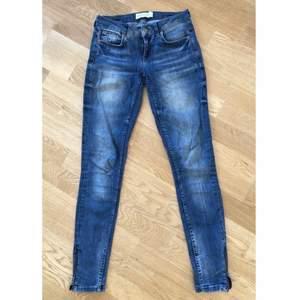 """Stretchiga och """"mjuka"""" jeans.  Strl 25/32, låg midja/mellanlåg midja. Sitter perfekt på mig som har XS/S. Dragkedja i benslut. Stuprörsmodell och sitter tight hela vägen.  """"sliten look"""", de är alltså inte utslitna på baksidan. jättefint skick!"""