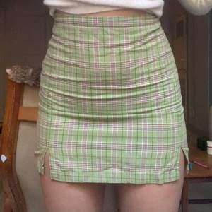 Så fin kjol från brandy Melville som jag köpt för ca 2 år sedan. Säljer endast pga den är för liten. Den har ett litet hål vid sidan om dragkedjan som var där när jag köpte, men syr igen när jag säljer (se på sista bilden) 💚 passar S.