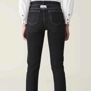 As snygga Ganni black jeans som jag använt fåtal gånger och är i nyskick, i storlek xs-s, budet börjar på 400kr, buda i kommentarerna, högsta bud köper 🌸