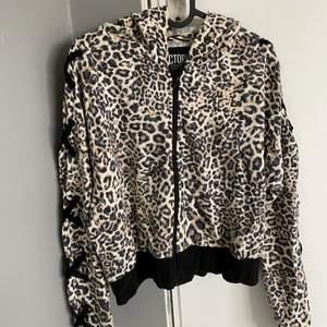 Zip hoodie med leopardmönster och snörning på ärmarna från Victorias secret, tröjan säljs inte längre, nypris 500kr, knappt använd, tunnt material så den är perfekt för våren och sommaren, säljer då den inte kommer till användning längre