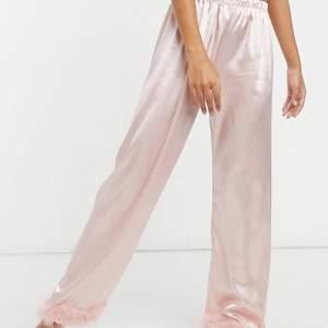 Ett supergulligt rosa siden pyjamas set. Som är helt oanvänd är och endast testat. Båda delarna ingår. Jag är 178 och på mig sitter de perfekt. Frakten ingår i priset 💕💕💕