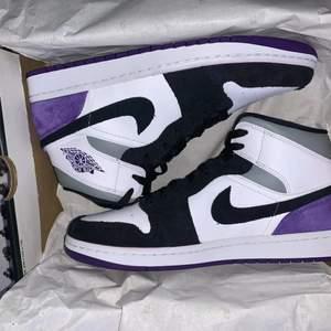 Jag säljer dom höra Jordan 1 MID varsity purple skorna. Dom är nästan helt oanvända har bara prövat dom 2-3 gånger. Dom är i toppen skick och är väldigt bekväma. Jag köpte dom för 2500kr och säljer för endast 1700kr👍Jag säljer dom för dom är tyvär lite för små för mig. Bilderna är inte mina så vill ni att jag skickar bilder så e det ba att fråga😁💞vill ha ut dom så fort som möjligt så priset kan absolut diskuteras