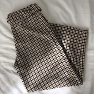 Vida kostymbyxor/culottes i fint rutigt mönster med tillhörande/avtagbart midjeskärp. Mycket fint skick! GRATIS FRAKT! Skriv för fler bilder! Är 175 cm lång.