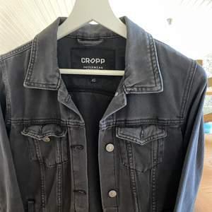 Säljer denna snygga jacka i storlek xs för 100 kr + frakt!! Färgen är typ urtvättad svart 🖤🖤