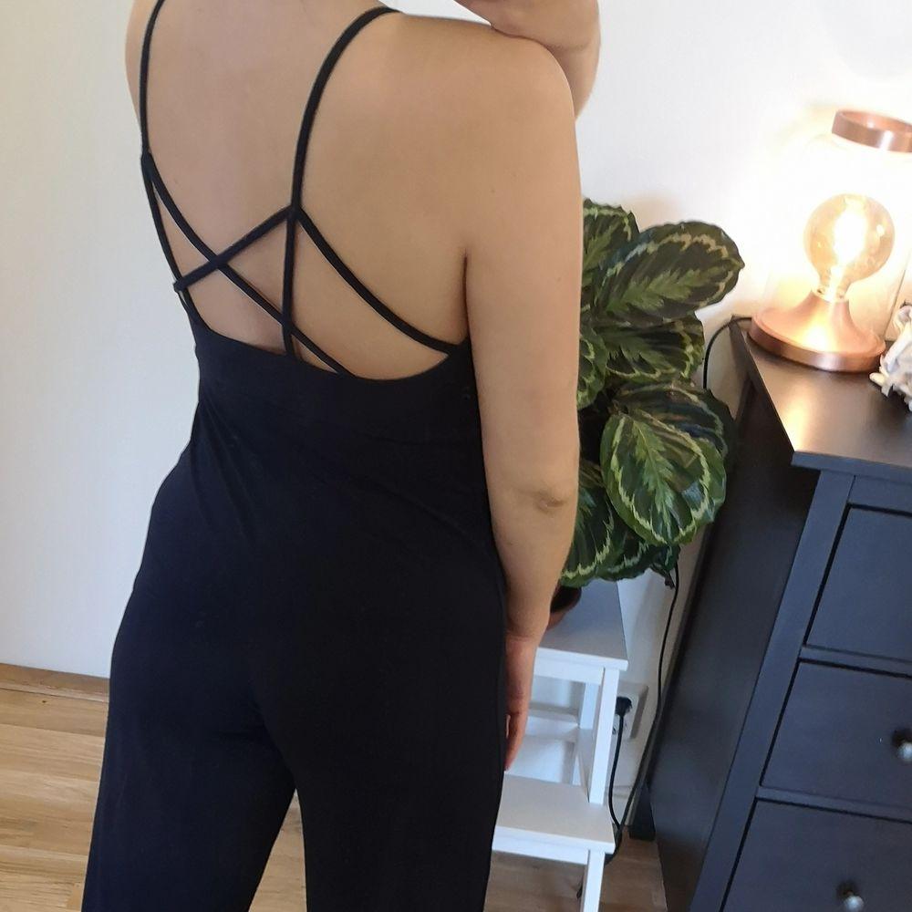 Fin och skön mörkblå jumpsuit från Bikbok i storlek S. De är lite uppsydd i banden där fram. Väldigt skön, känns lite som en pyjamas men formar sig fint efter kroppen. Skulle säga att det är ganska stor i storleken. . Övrigt.