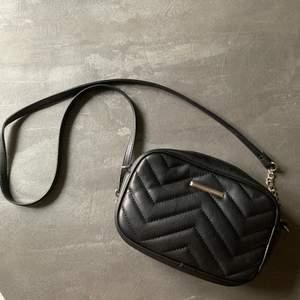 Priset är inklusive frakt. En liten smidig väska där du får plats med det viktigaste. Säljer pga kommer ej till användning längre tyvärr.