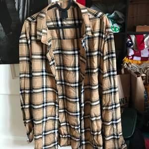 En jättesnygg Beige rutig skjorta som jag köpt i storlek XL på H&M. Använd ett antal gånger och säljer nu pga att den aldrig används. 80kr + frakt🥰
