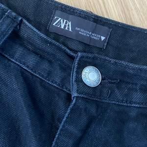 Ett par svarta jeans från zara i storlek 38. Jeansen är lite långa i benen på mig som är 167 cm. Kan mötas upp i Lund