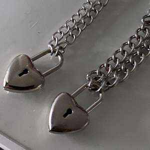 Gjort dom själva och man kan köpa dom separerade, det är 2 olika kedjor me samma smycke. Men låset med tyngre kedja kan va lite dyrare att frakta💕 kunden betalar frakten Halsbanden har båda knippor  så man bahöver inte nyckel till och det är 45kr styck men båda för 70