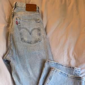 Säljer ett par jättefina ljusblåa jeans från Levis, raka ben och sitter ner till anklarna på mig som är 170💖  storlek 27 i midjan! Köpte för 1 299