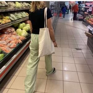 INTRESSEKOLL på superfina grön rutiga byxor, köpte de på Plick men känner inte att de är min stil🍍⚡️