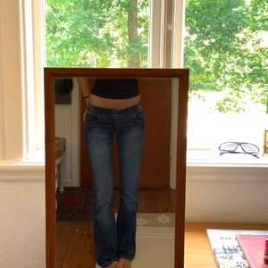 Det är ett par i jeans i en bootcut/lågmidjad modell med paljettdetaljer på fickorna och runt midjan!⭐️ Fråga gärna om fler bilder på detaljerna osv! Buda i kommentarerna eller kom privat för direkt-pris!❤️ Måtten- Innerben:81cm Midja:82cm, och jag är 171cm😊