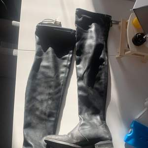 Superfina läder stövlar i lår höjd. Knappt använda, köpt för ca 1 år sedan.