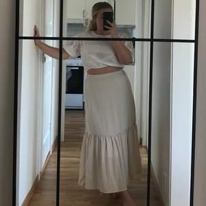 Säljer denna sköna beiga kjol från Ginatricot i storlek 36. Aldrig använd och köparen står för frakten🌼