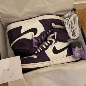 Säljer mina jordan court purple på grund av att jag inte använder dem längre. Köpt från goat och har kvitto på goat appen. Vid mer bilder så kontakta mig. Har vita, svarta och lila skosnören. Även crease skydd medföljer!