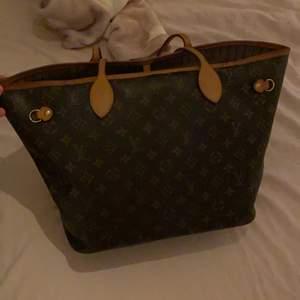 Säljer nu min äkta Louis Vuitton väska som är fint skick, sido banden har dessvärre gått av och därför är det medräknat i priset! Väskans modell är lite äldre och har fått sin lite mer mörkbruna färg på läder detaljerna som verkligen är så snyggt! Äktenhets bevis finns och dustbagen till väskan medföljer såklart! Skickar gärna fler bilder vid intresse, hör gärna av er vid fler frågor!💞💞