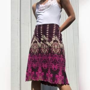 Vintage kjol (90/00-tal) men fint mönster och lettuce edge nertill. Strl 40, passar nog en 38 eller större 36:a också och den har stretch. Visad på en 34/36, håller in den lite på bild. Finns hällor där det suttit ett skärp. Lite nopprig på vissa ställen men i övrigt fint skick! + frakt 50 kr 💫  Se även mina andra annonser, jag samfraktar gärna 💫
