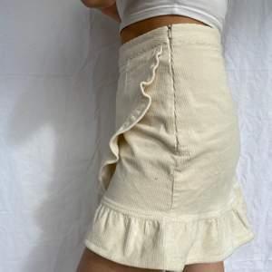 Jättefin ribbad kjol från Bikbok. Säljer pga inte min stil. Väldigt fin till sommaren med en bikinitopp! Använd några få gånger. True to size! Beige/vit färg